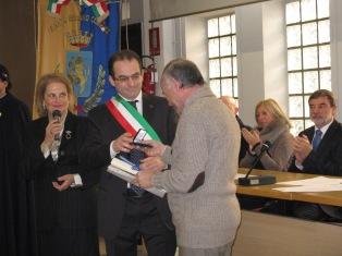 Il presidente riceve la benemerenza dalle mani del sindaco